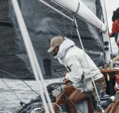 Deck Jacket fra Amundsen Sports til herre i fargen Faded Navy. Bildet viser jakken på dame og mann ombord på seilbåt