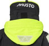 Musto MPX Offshore seiljakke til dame i svart. Bildet viser detalj av jakkens hette sett bakfra