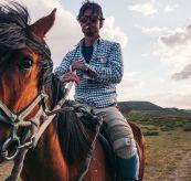 vagabond nikkers herre fra amundsen sports. miljøbilde mann på hest