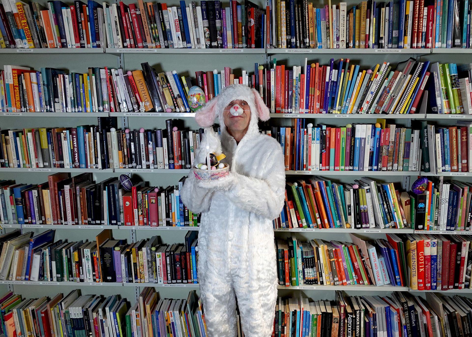 Påskeharen Bernard har gjemt egg i bokhyllen på biblioteket