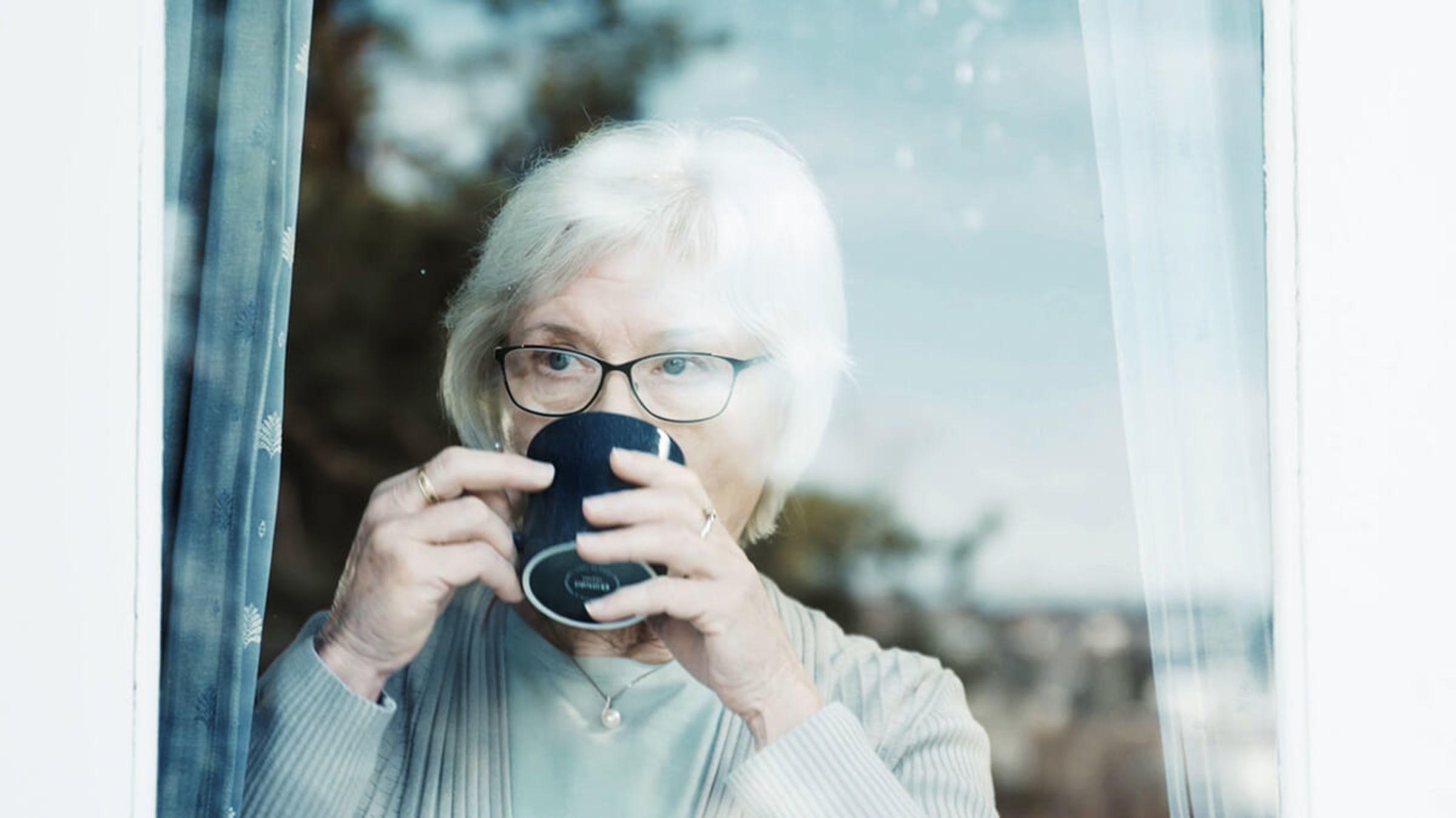 vindu med gammel dame