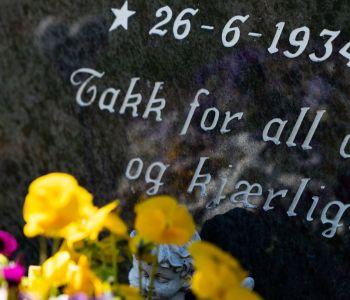 Nærbilde av inskripsjon på en gravstein