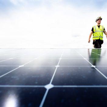Alt Installasjon på taket av en bedrift, monterer solceller