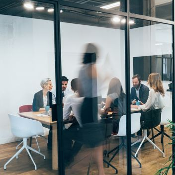 et møterom med moderne fasiliteter