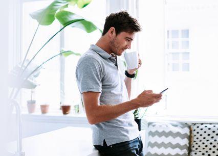 smarthus - mann på telefon