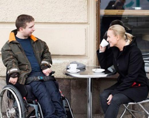Ung man i rullestol ut på café med sin personlig assistent fra Stendi.