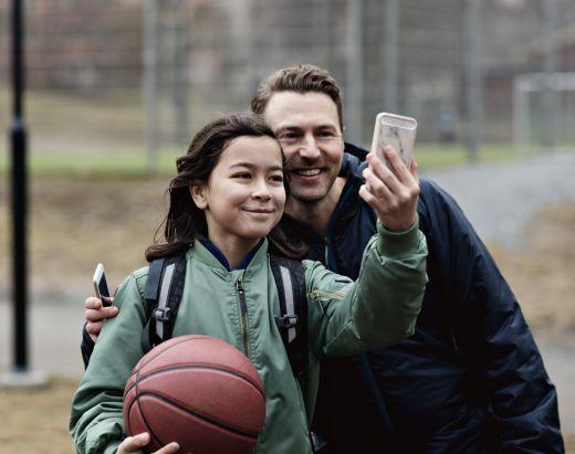 Fosterfar og sønn tar en selfie