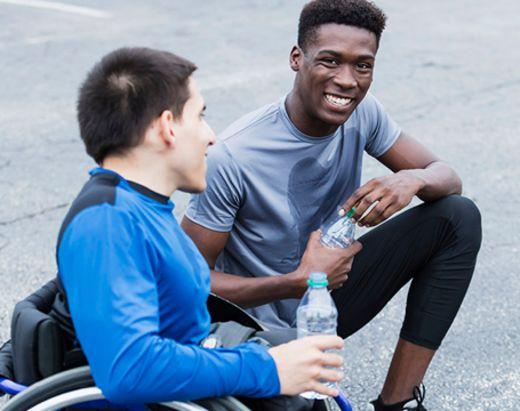 Stendi assistent og gutt i rullestol som trener