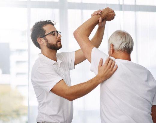 En fysioterapeut tøyer skulderen til en beboer på Gabels Park.