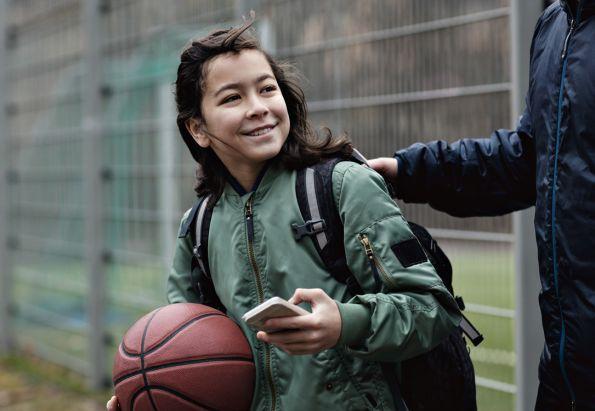 Fosterfar følger fostersønn til baskettrening