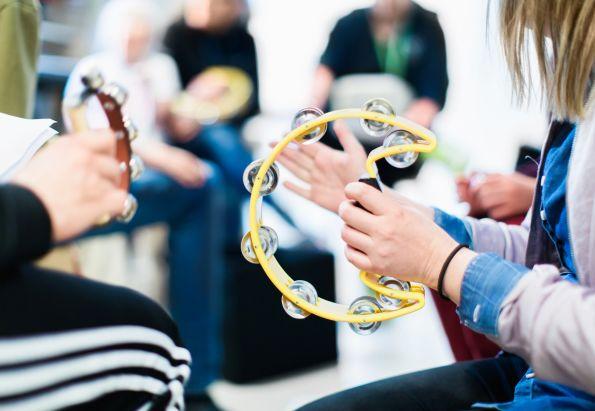 Barn spiller tamburin og hygger seg. Det er viktig med mestring og læring i Stendi avlastningstjenester.