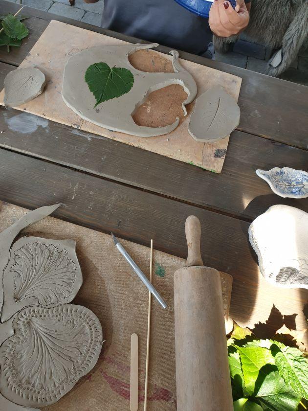 Leire med bladavtrykk ligger på et bord på Stendi Familiehjem sør sin høstsamling.