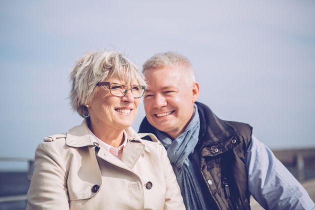 Et smilende ektepar snakker om hva som skjer når en i forholdet får demens.