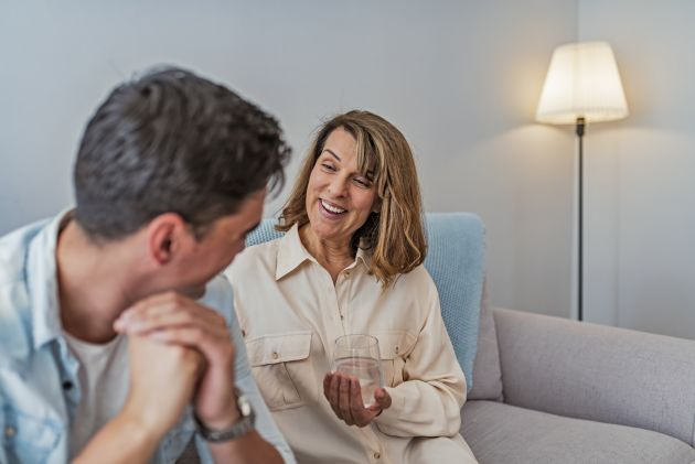 Mor og sønn sitter i sofaen og snakker om sønnens Asperger syndrom, og hjelpen de fikk av Stendi.