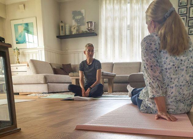 Fagkonsulent i Stendi og yogainstruktør, Line Fadnes, sitter på gulvet på en yogamatte