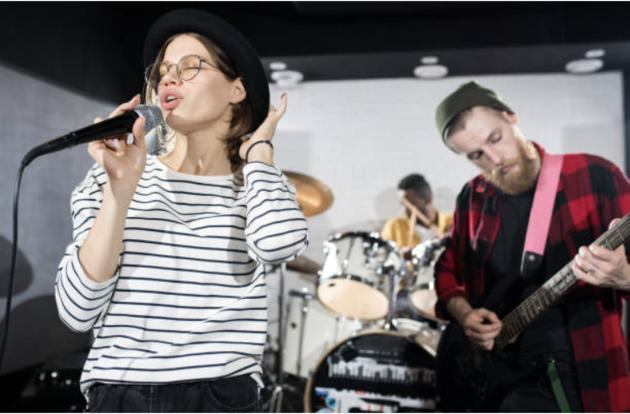 Et band fremfører musikk de har lagd i samarbeid med Stendi musikkterapi.