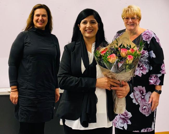 Leder for Bydelsmødre Norge, Nasreen Begum, holder en blomsterbukett. På hver sin side av henne står stortingsrepresentant Tina Shagufta Munir Kornmo fra Venstre, og Venstre-leder Trine Skei Grande.