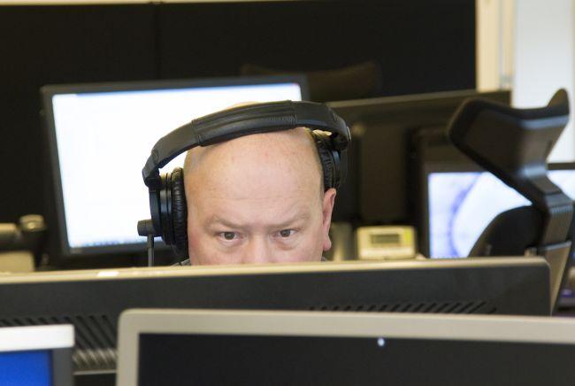 mann hos teknograd jobber med it foran skjerm med headset på hodet