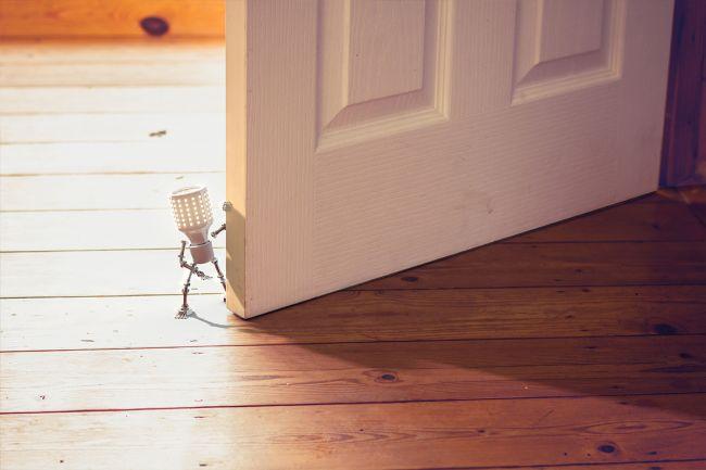 eldar foran en dør
