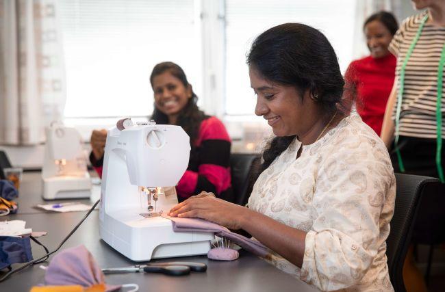 Bilde av dame som syr på symaskin