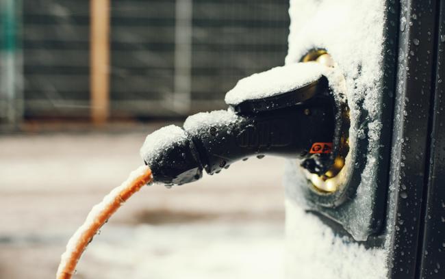 elbillading ute i vinteren