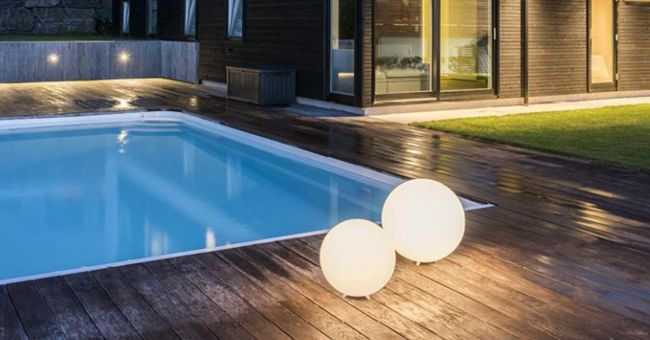 lyskuler ved basseng