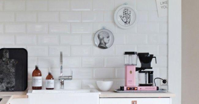 kjøkken med rosa kaffetrakter og tidsbryter stikkontakt