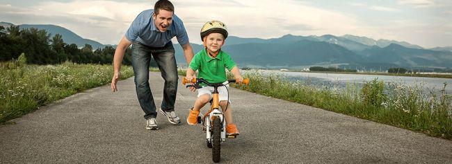 Far lærer sønn å sykle