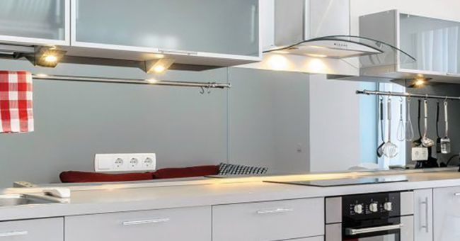 kjøkken med mkomfy25 komfyrvakt.