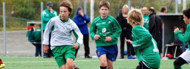 Gutter som spiller fotball