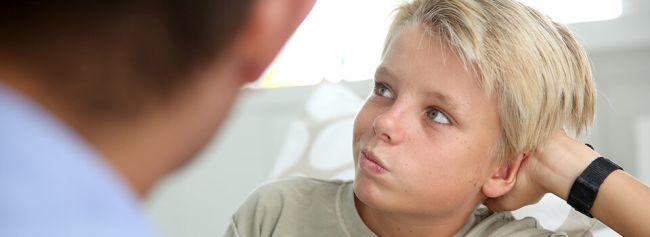 Far snakker med sønn som ser bort