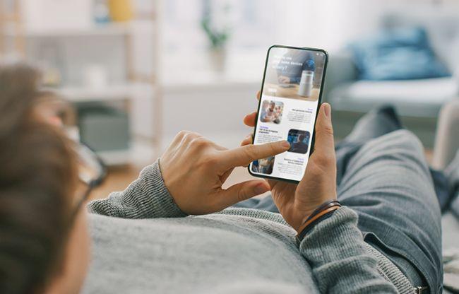 mann scroller på mobil