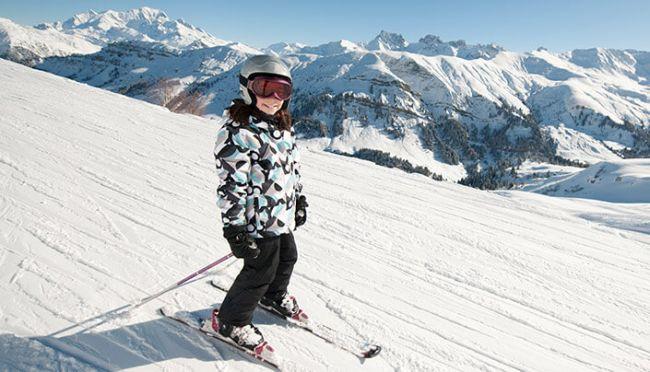Gutt kjører på slalomski nedover bakken
