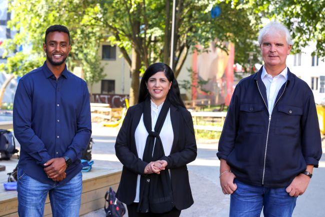 Thomas Haile, Nasreen Begum og Lars Semmerud i prosjekt Bydelsfedre står sammen utenfor skolegården til Tøyen skole