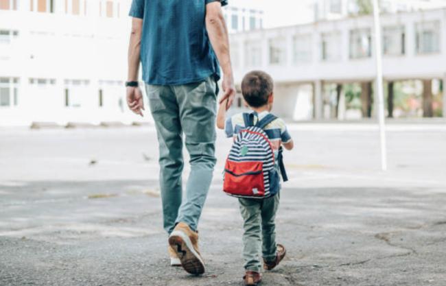 mann og barn går på gate