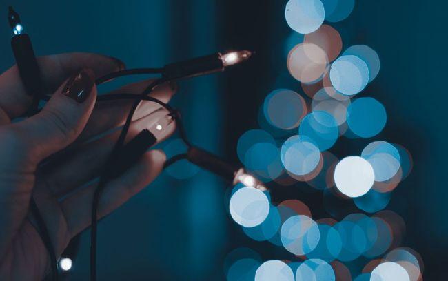 juletrelys i mørket