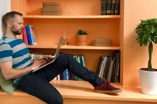 mann sitter og leser om digital markedsføring på mac