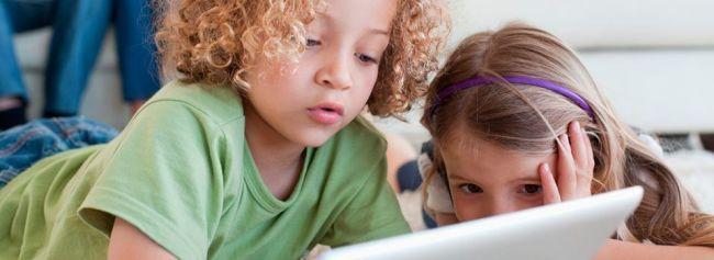To barn ser på nettbrett