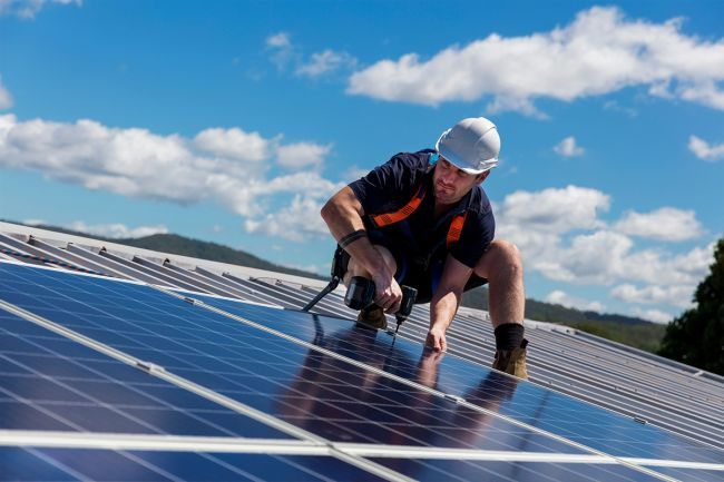 elektriker installerer solceller