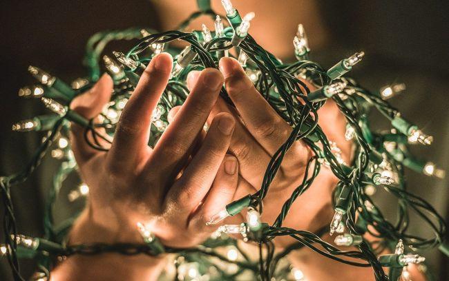 juletrelys i hender