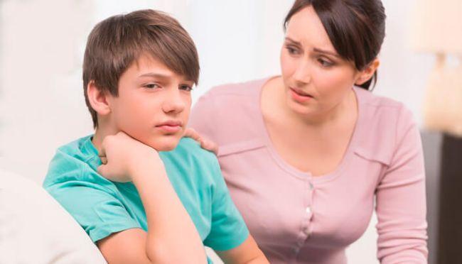 Mor trøster sønnen sin