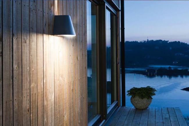 lampe på vegg utendørs plankevegg