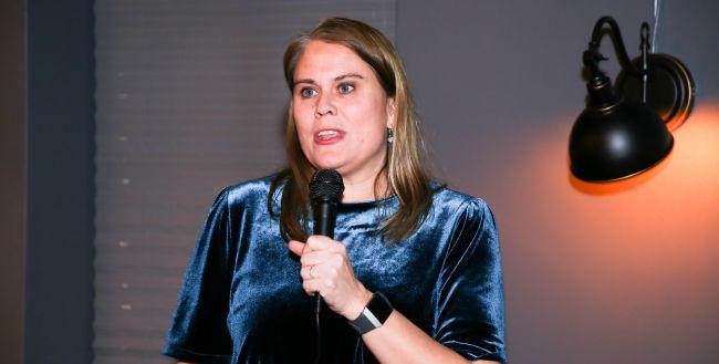 Stortingsrepresentant Siri Gåsemyr Staalesen står og snakker i e mikrofon.