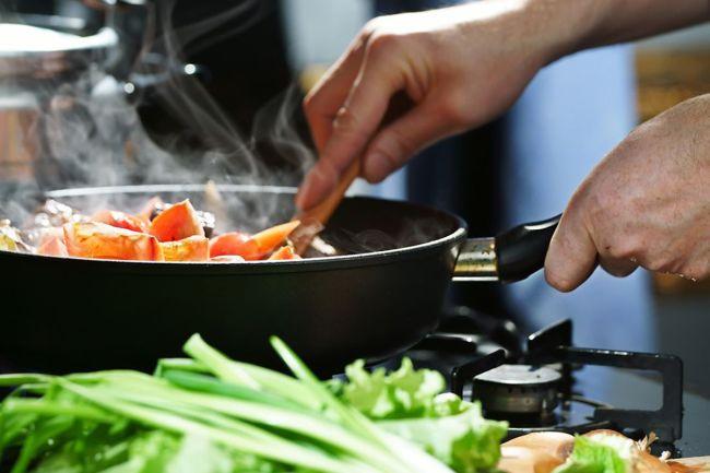 steke grønnsaker i panne
