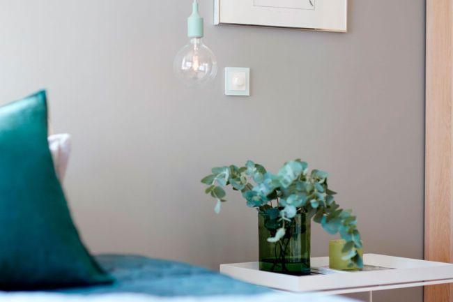lysbryter seng og lampe