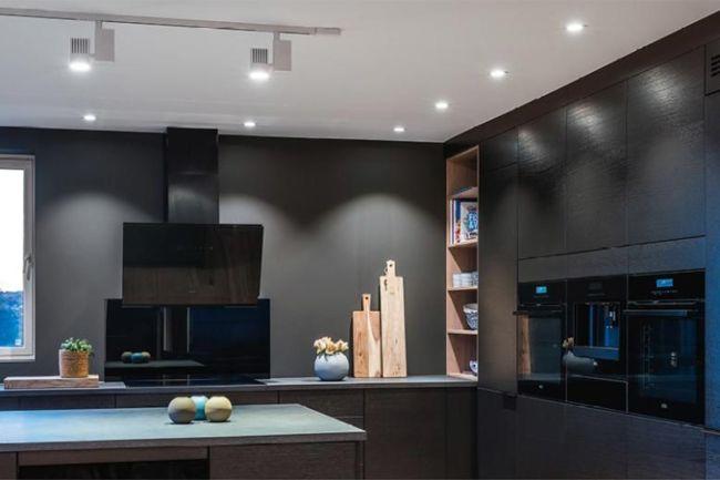 sort kjøkken med spotter