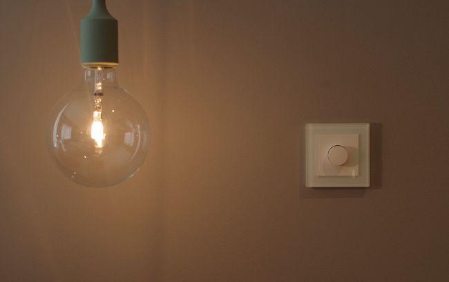 lampe med lyspære foran dimmer med ramme