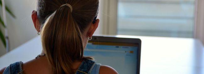 Jente ser på skjerm