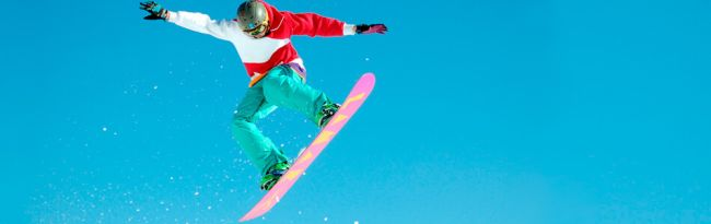 Gutt svever i lufta på snowboard
