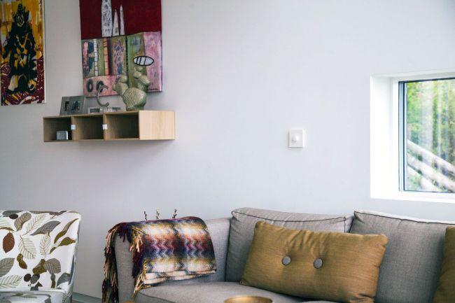 sofa i nordisk hjem med bryter